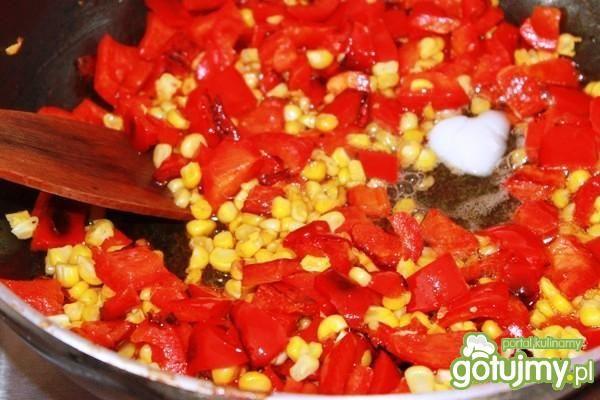 Penne carbonara z czerwoną papryką