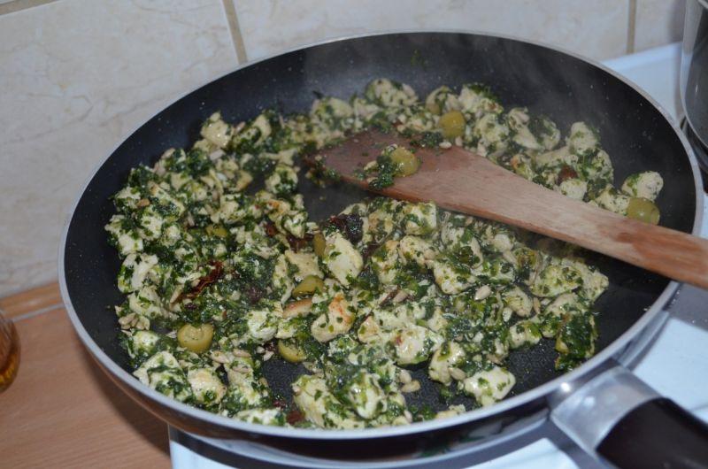 Penne w sosie szpinakowym z oliwkami