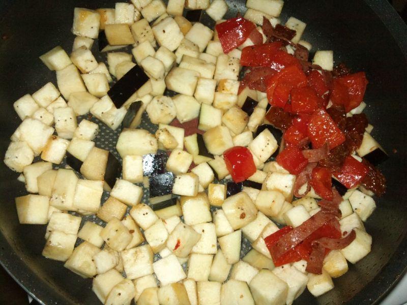 Penne z bakłażanem, pomidorami i salami