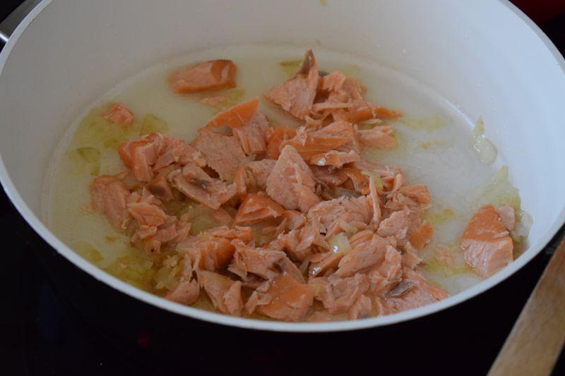 Penne z łososiem i szpinakiem w sosie śmietanowym