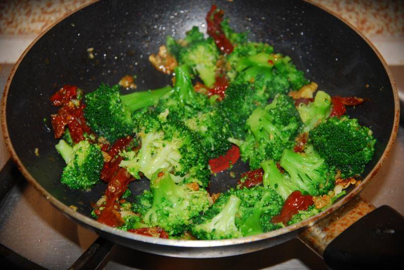 Penne z sosem brokułowym