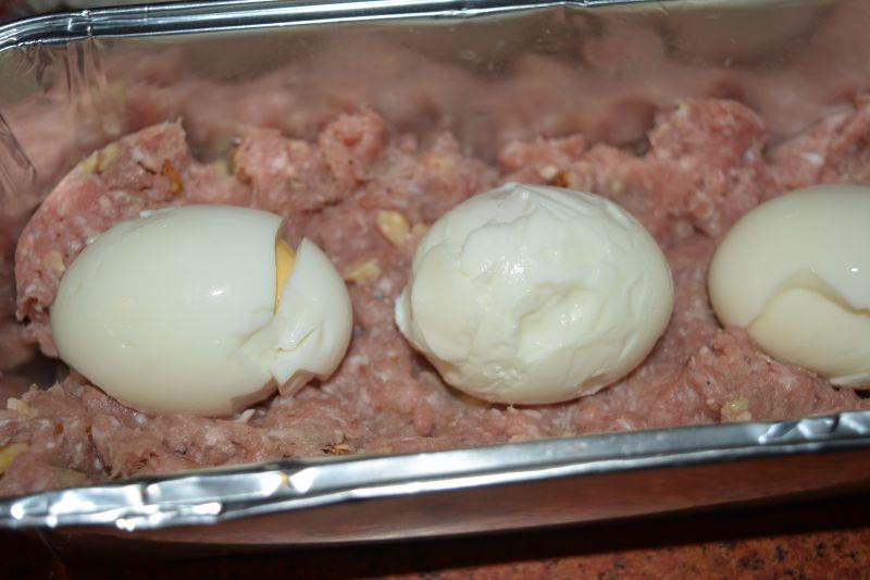 Pieczeń z jajem i orzechami