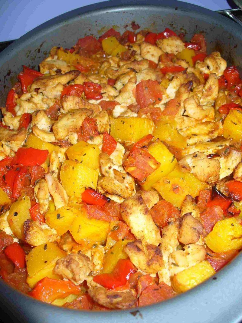 Pieczona dynia z kurczakiem i makaronem
