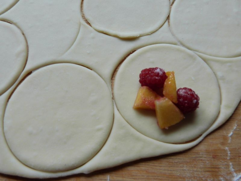Pierogi z malinami i brzoskwiniami