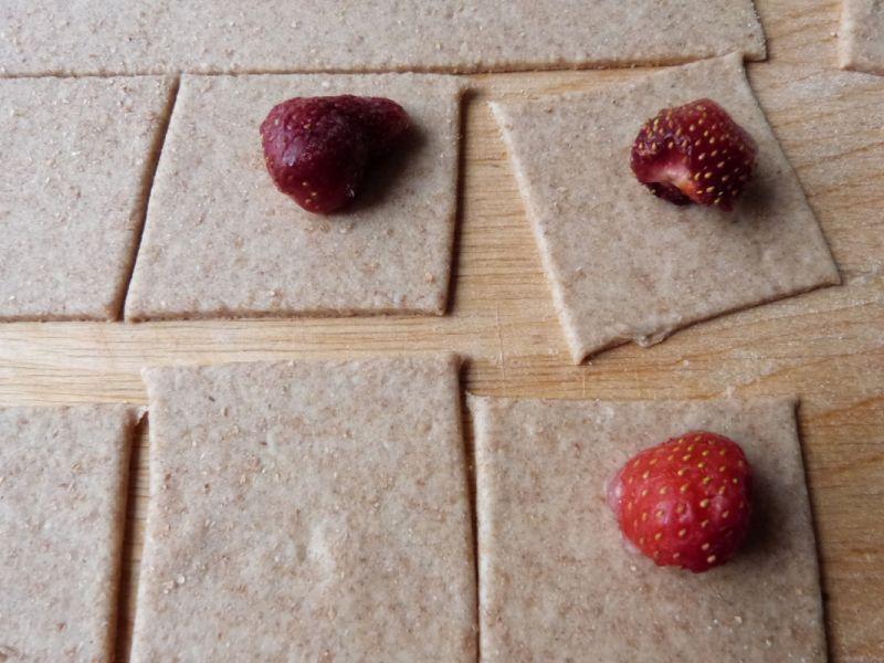 Pierogi z truskawkami z razowej mąki