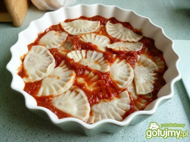 Pierogi zapiekane w sosie pomidorowym