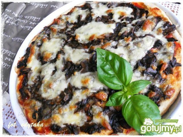 Pizza pieczarkowa na grubym cieście