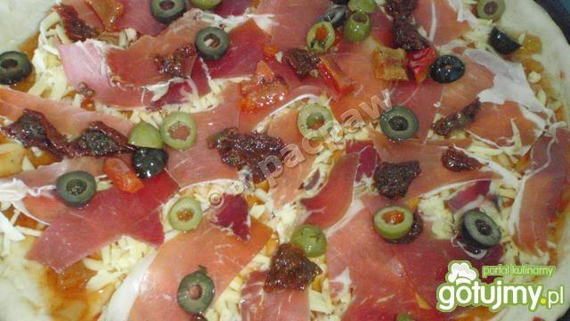 Pizza pikatna  z szynką serrano