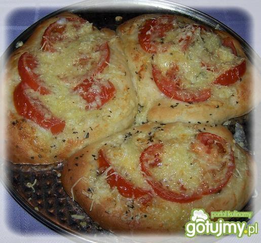 Pizza  trojaczki z cebulą i pomidorami