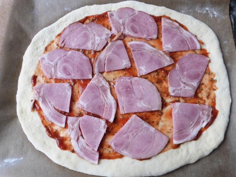 Pizza z baleronem i oliwkami
