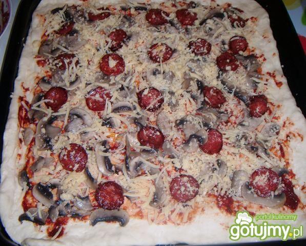 Pizza  z chorizo i pieczarkami
