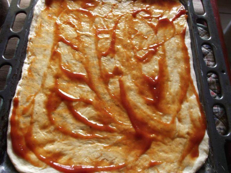 Pizza z dodatkiem wędzonego sera
