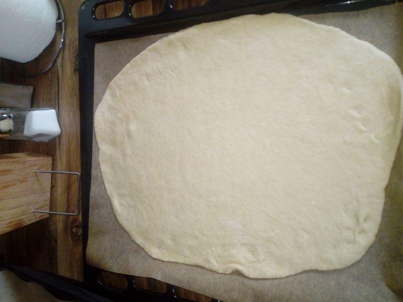 Pizza z kabanosami i smażoną kiełbasą