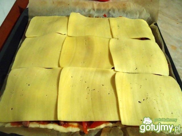 Pizza z kiełbasą, cebulą i papryką