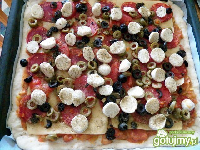 Pizza z kiełbasą chorizo