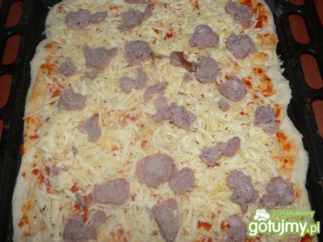 Pizza z kiełbasą i kukurydzą