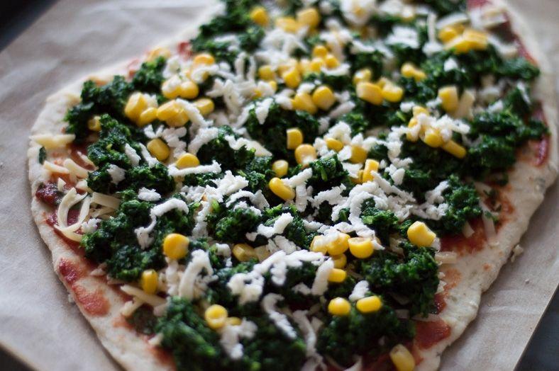 Pizza z kukurydzą i szpinakiem