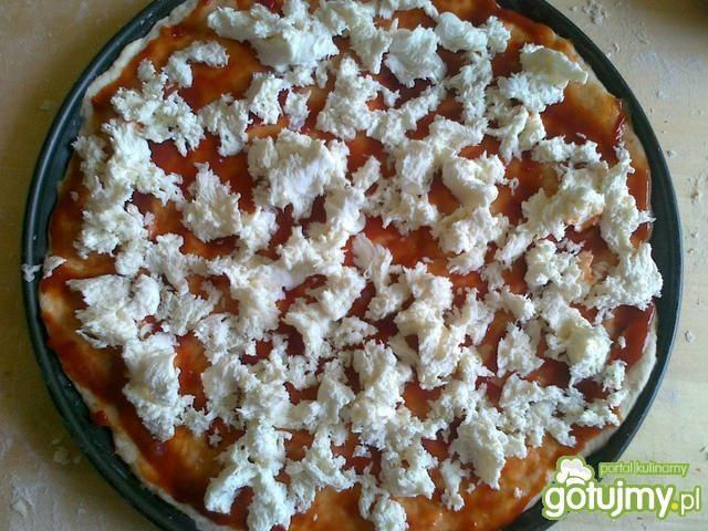 Pizza z mozzarellą i pieczarkami