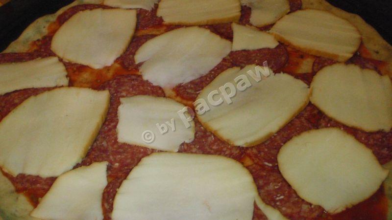 Pizza z mozzarellą wędzoną, salami i kaparami