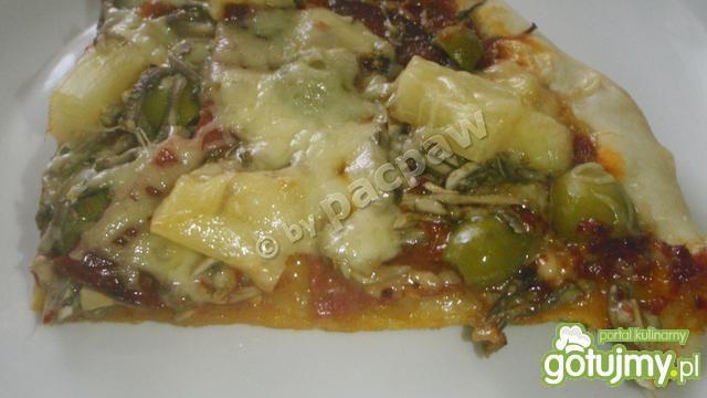 Pizza z oliwkami, pepperoni i ananasem