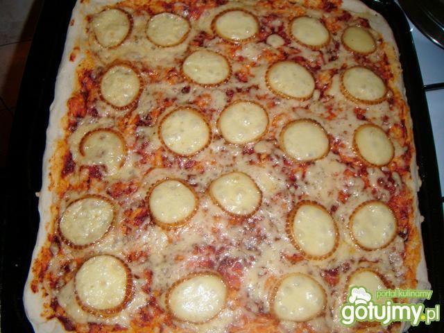 Pizza z oscypkiem i konfiturą jagodową