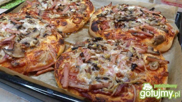 Pizza z pieczarkami i kiełbasą