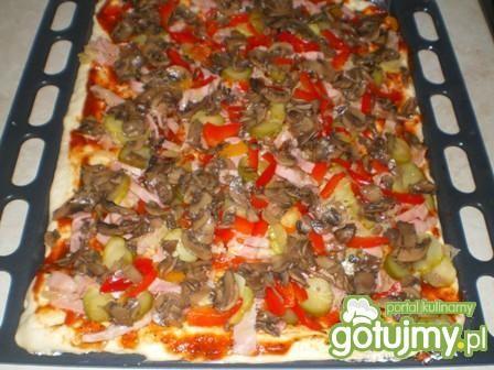 Pizza z pieczarkami i szynką