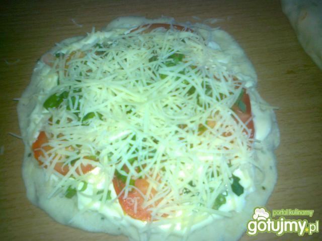 Pizza z pomidorami i zieloną cebulą