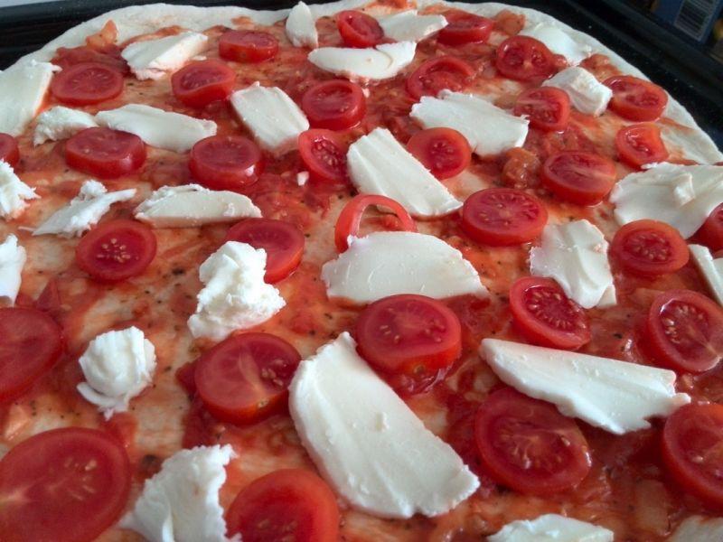 Pizza z pomidorami, mozzarellą i rukolą