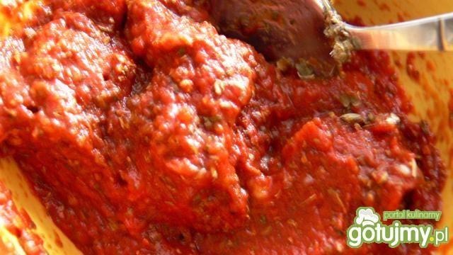 Pizza z salami, rukolą i papryką