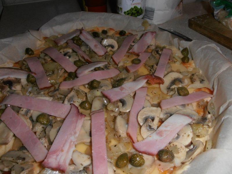 Pizza z szynką pieczarkami i kaparami