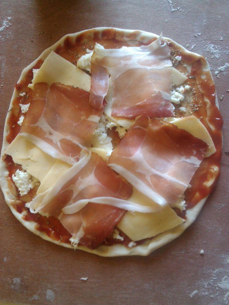 Pizza z szynką szwarcwaldzką na kamieniu