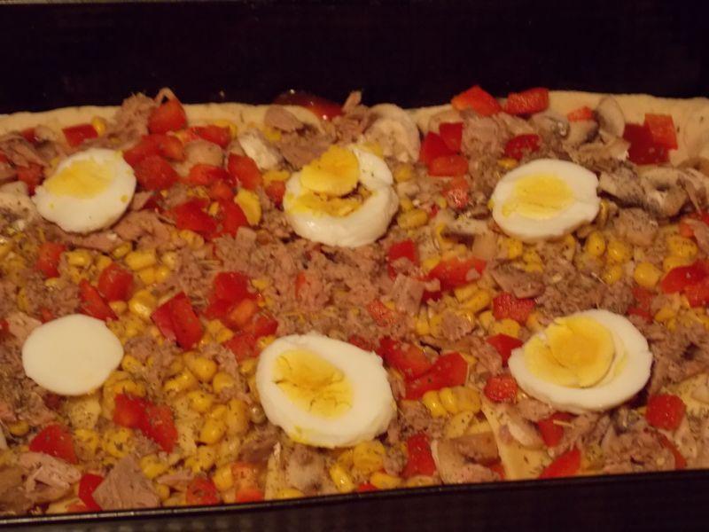 Pizza z tuńczykiem i jajkiem