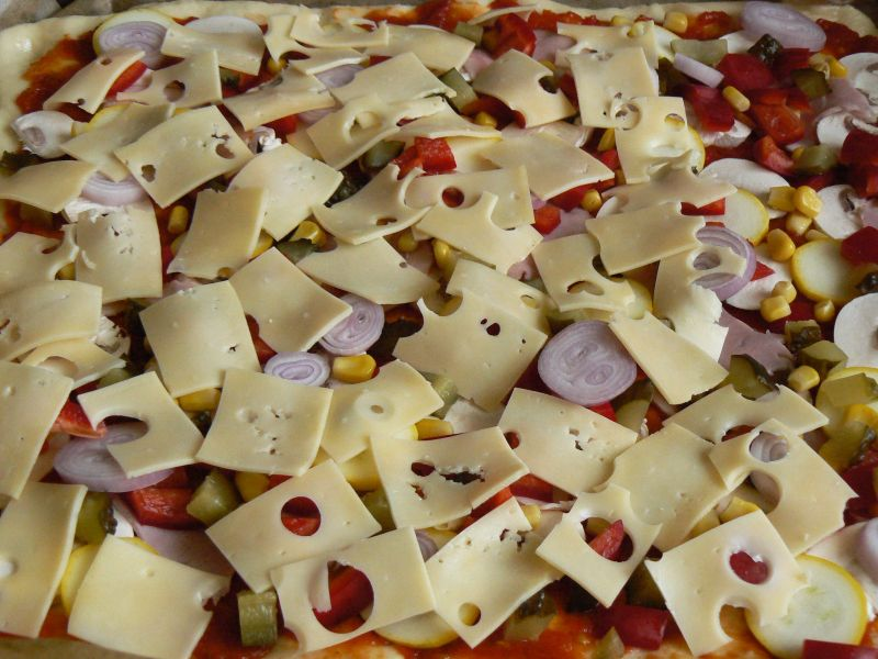 Pizza z warzywami i sosem ze świeżych pomidorów