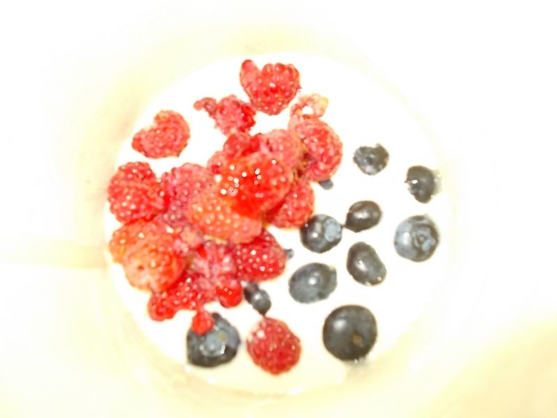 Placki z jagodami i malinami