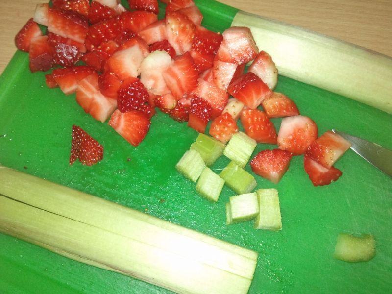 Placuszki jaglane z truskawkami i rabarbarem