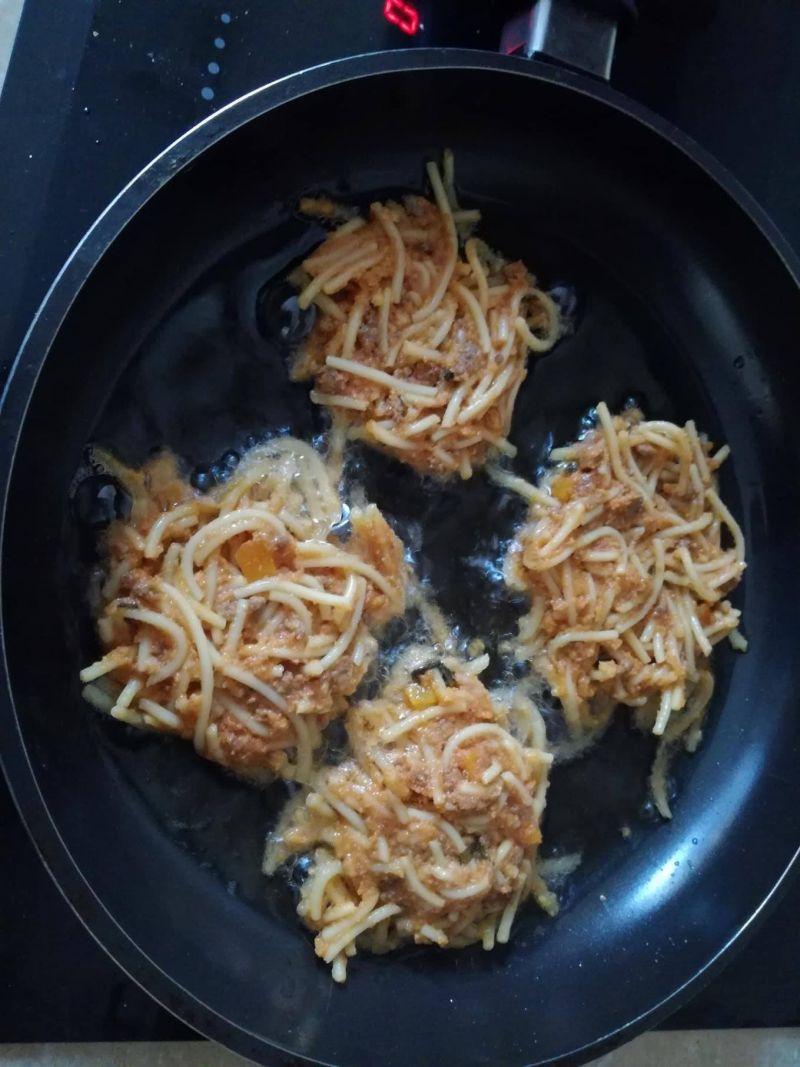 Placuszki z makaronu z wołowym ragu