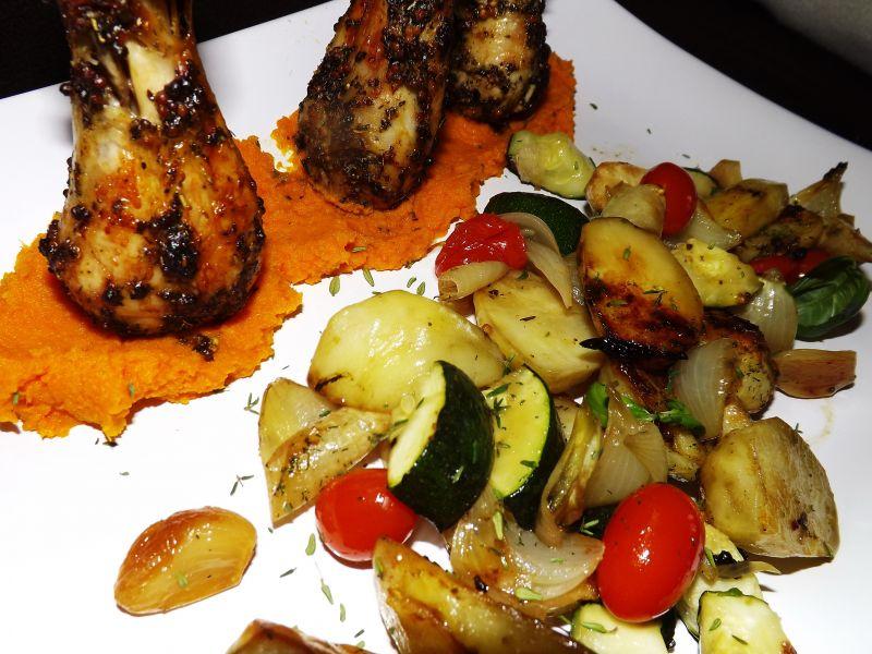 Podudzia z pieczonymi warzywami i puree z marchwi