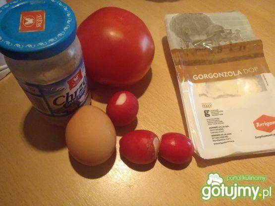 Pomidor nadziany gorgonzolla i jajkiem