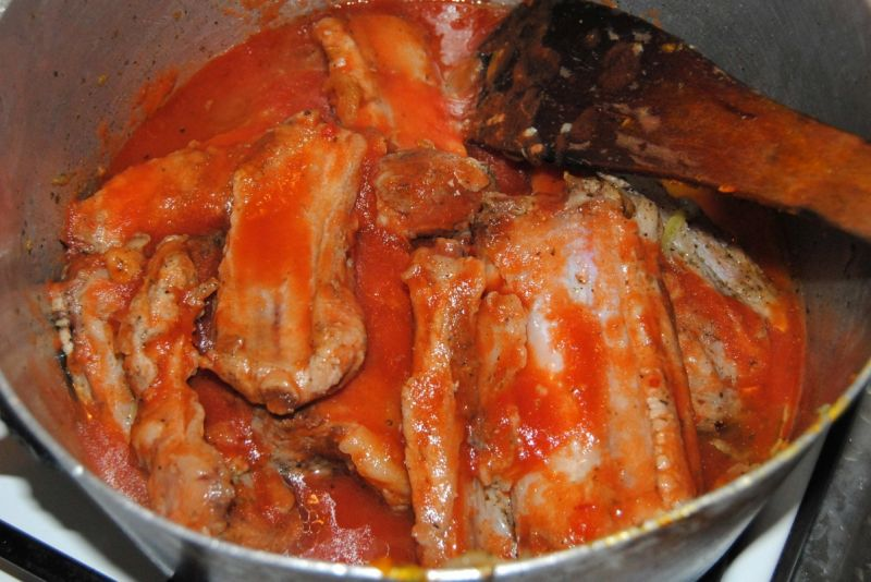 Pomidorowe żeberka z fasolą