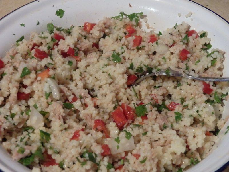 Pomidory faszerowane sałatką z kuskusu i tuńczyka