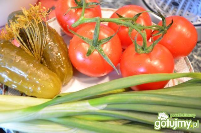 Pomidory z cebulką i kiszonymi ogórkami