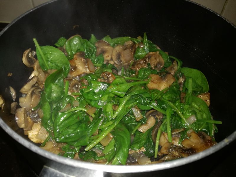 Potrawka z mięsa mielonego ze szpinakiem