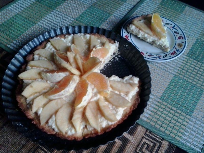 Prosta tarta z owocami i kremem budyniowym