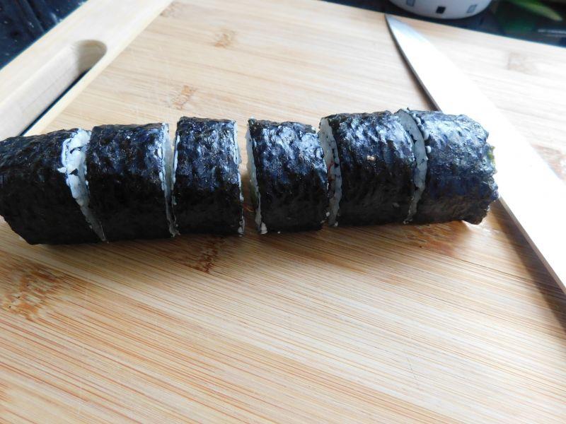 Proste sushi z paluszkami krabowymi i tuńczykiem