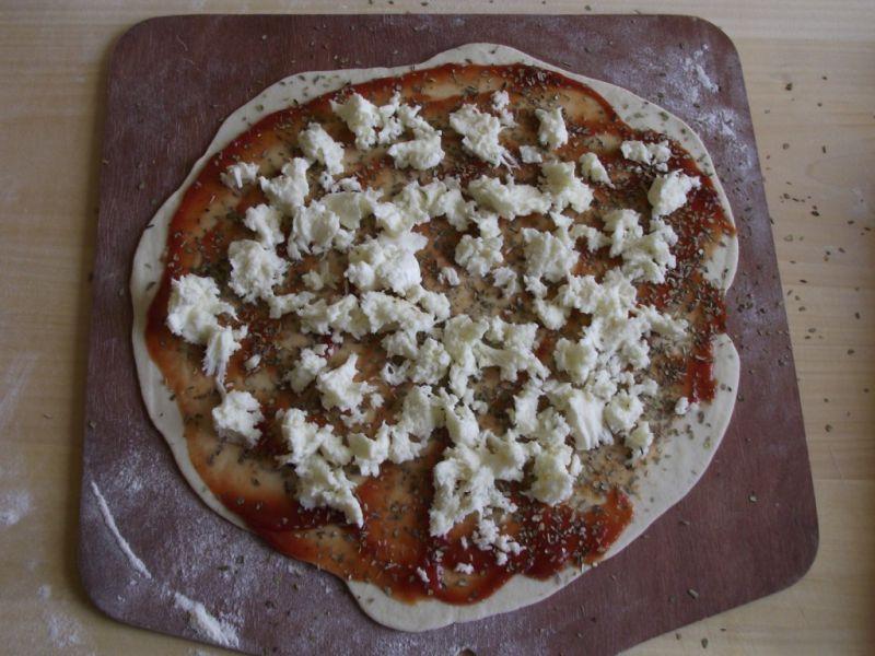 Prowansalska pizza z mozzarellą i pomidorami