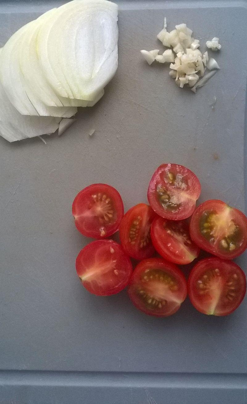 Pstrąg pieczony z pomidorkami koktajlowymi