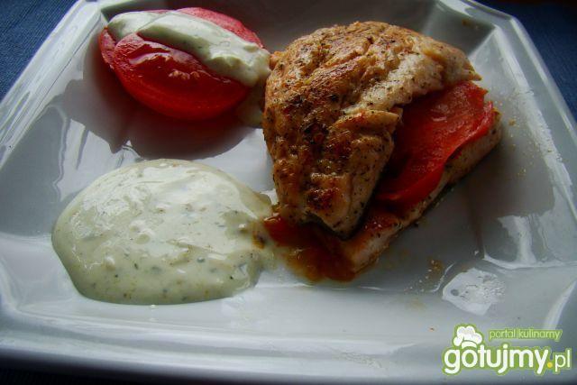 Pstrąg z smażonymi pomidorami