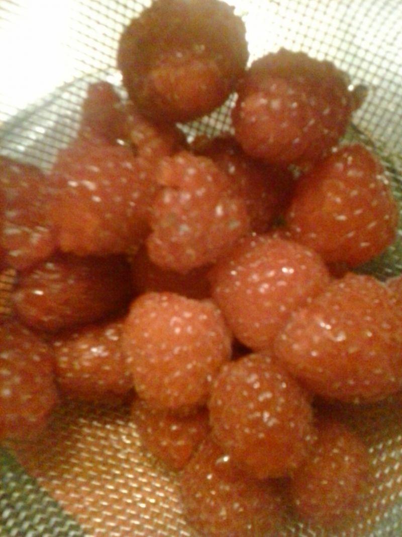 Pudding chia z malinami i śmietanką