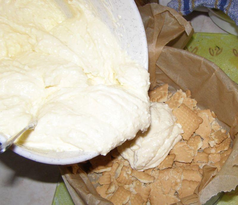 Pyszny pieczony sernik na herbatnikach z rababarem